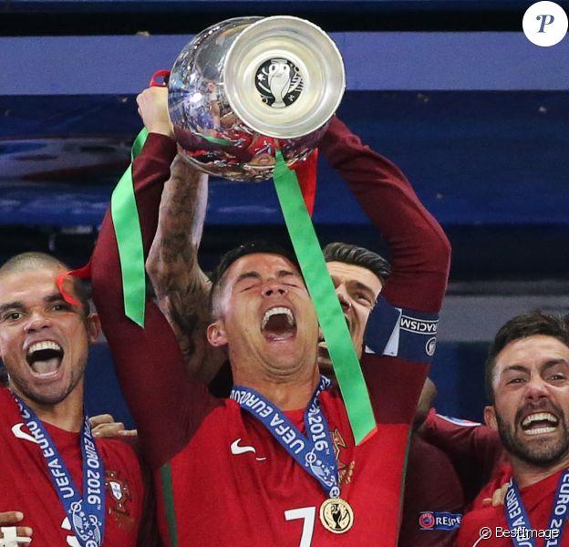 Cristiano Ronaldo soulève l'Euro 2016 après la victoire du Portugal contre la France (1-0), le 10 juillet 2016.