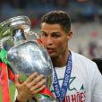 Cristiano Ronaldo pose avec la coupe d'Europe à l'issue du match de la finale de l'Euro 2016 Portugal-France au Stade de France à Saint-Denis le 10 juillet 2016. © Cyril Moreau / Bestimage