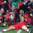 Cristiano Ronaldo vainqueur de l'EURO 2016, pose avec ses coéquipiers et le trophée.