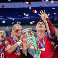 Cristiano Ronaldo et ses coéquipiers célèbrent la victoire avec la coupe lors du match de la finale de l'Euro 2016 Portugal-France au Stade de France à Saint-Denis, France, le 10 juillet 2016. © Cyril Moreau/Bestimage