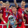 Cristiano Ronaldo et ses coéquipiers célèbrent la victoire avec la coupe lors du match de la finale de l'Euro 2016 Portugal-France au Stade de France à Saint-Denis, France, le 10 juiillet 2016. © Cyril Moreau/Bestimage