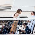 """Dakota Johnson et Jamie Dornan sur le balcon d'un immeuble dans le 16e arrondissement pour le tournage """"50 nuances plus sombres"""", à Paris, France le 19 juillet 2016."""