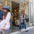 Dakota Johnson a retrouvé son père Don Johnson et sa femme Kelley Phleger au café Verlet à Paris, le 19 juillet 2016.