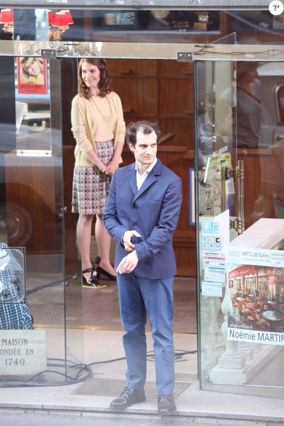 """Louis Garrel - Tournage du film de Michel Hazanavicius """"Le Redoutable"""" à Paris le 27 juillet 2016."""