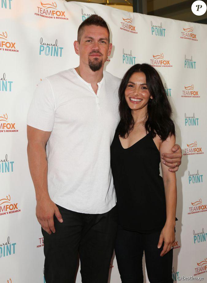 Sarah Shahi et son mari Steve Howey lors de la soirée ...