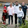 Katie Price arrive, avec sa fille Princess, son fils Junior Savva et son mari Kieran Hayler, au théâtre de Woking. Le 18 décembre 2015
