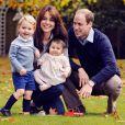 Le duc et la duchesse de Cambridge avec leurs enfants George et Charlotte en octobre 2015 dans le parc de leur résidence officielle, Kensington Palace, à Londres.