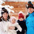 Le duc et la duchesse de Cambridge avec leurs enfants George et Charlotte en mars 2016 à Courchevel, lors d'un week-end à la neige.