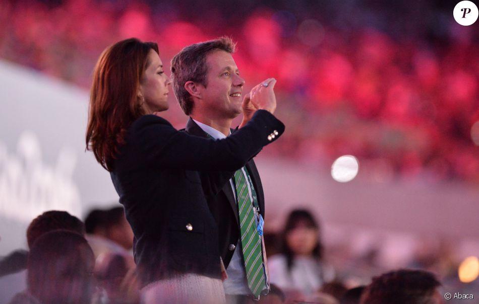 La princesse Mary et le prince Frederik de Danemark dans les tribunes du stade Maracanã le 5 août 2016, assistant à la cérémonie d'ouverture des Jeux olympiques de Rio de Janeiro.