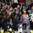 Teddy Riner, porte-drapeau, et la délégation française dans le stade Maracanã le 5 août 2016 lors de la cérémonie d'ouverture des Jeux olympiques de Rio de Janeiro.