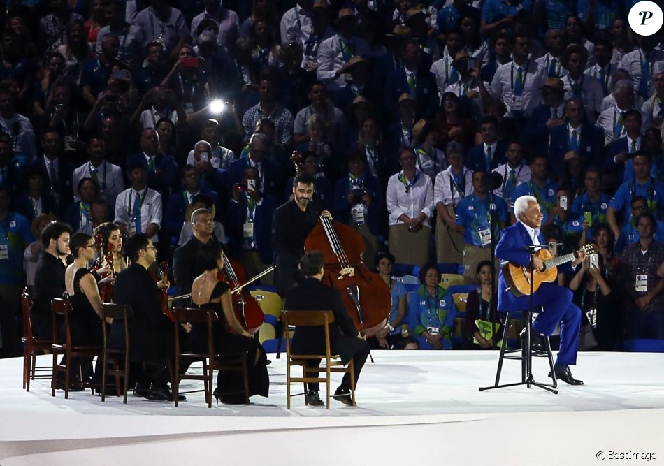 Le chanteur Paulinho da Viola - Cérémonie d'ouverture des Jeux Olympiques (JO) de Rio 2016 à Rio de Janeiro, Brésil le 5 aout 2016.   Singer Paulinho da Viola (R) singing the Brazilian national anthem during the opening ceremony of the Rio 2016 Summer Olympic Games at the Maracana Stadium.05/08/2016 - Rio de Janeiro