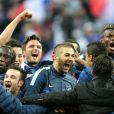 Bacary Sagna, Mathieu Valbuena, Samir Nasri, Olivier Giroud, Karim Benzema, Raphael Varane et Paul Pogba - L'équipe de France de football fête sa victoire et sa qualification pour le mondial au Bresil en 2014 après sa victoire contre l'Ukraine, le 19 novembre 2013.
