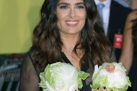 """Salma Hayek s'amuse de sa poitrine et fait le show pour une """"fête à la saucisse"""""""