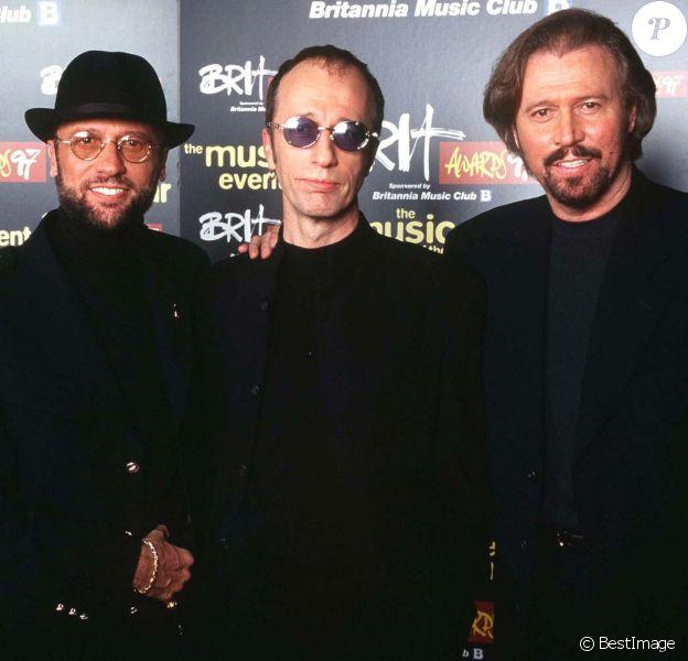 Les Bee Gees à la cérémmonie des Brit Awards à Londres, le 24 février 1997.
