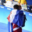 Estelle Mossely, médaillée d'or en boxe féminine (-60 kg), dans les bras de son fiancée Tony Yoka lors des Jeux olympiques de Rio, le 19 août 2016.
