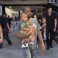 Kim Kardashian et son mari Kanye West dans les rues de New York avec leurs enfants North et Saint dans les bras, le 29 août 2016.