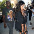 Kim Kardashian demande aux photographes de ne pas faire de bruit car sa fille North est endormie dans ses bras, à New York, le 29 août 2016.