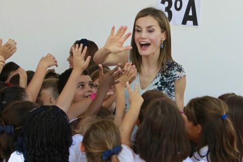 Letizia d'Espagne : Sourires et câlins, coqueluche des écoliers en Andalousie