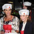 Cindy Crawford et Jennifer Love Hewitt distribuent des repas chauds à la veille de Thnaksgiving