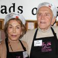 Anne et Kirk Douglas distribuent des repas aux plus démunis