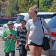 Exclusif - Sean Preston et Jayden James Federline, les fils de Britney Spears, jouent à Pokémon Go à Westlake Village, le 30 août 2016.