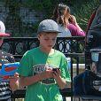 Exclusif - Sean Preston et Jayden James Federline, les fils de Britney Spears, jouent à Pokémon Go à Westlake Village, le 30 août 2016. Les deux garçons sont avec leur nounou Sarah (qui a le même look que Britney!!).