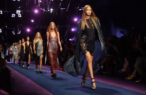 Fashion Week : Gigi et Bella Hadid, Naomi Campbell... canons pour Versace