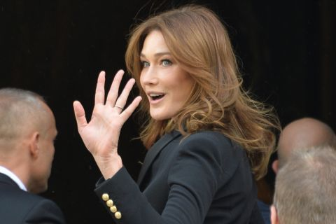 Fashion Week : Carla Bruni-Sarkozy lumineuse pour Balmain dans un tailleur chic