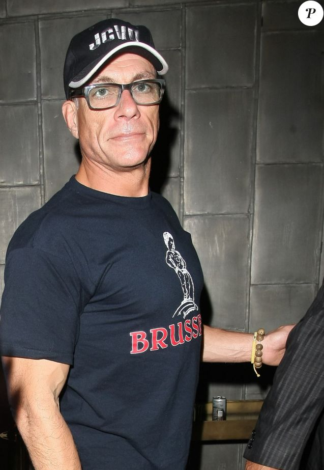 Jean-Claude Van Damme sort du Warwick nightclub à Hollywood, le 1er avril 2015.