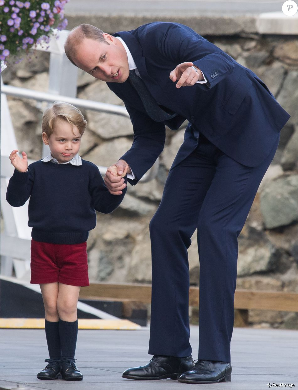Le prince William, Kate Middleton, le prince George et la princesse Charlotte de Cambridge ont dit au revoir au Canada le 1er octobre 2016 après leur tournée royale de huit jours, embarquant à bord d'un hydravion au Harbour Airport de Victoria.