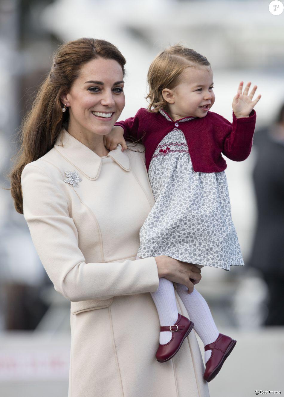 Le prince William, Kate Middleton, le prince George et la princesse Charlotte de Cambridge ont dit au revoir au Canada le 1er octobre 2016 après leur tournée royale de huit jours, embarquant à bord d'un hydravion au Harbour Airport de Victoria à destination de Vancouver, puis Londres.