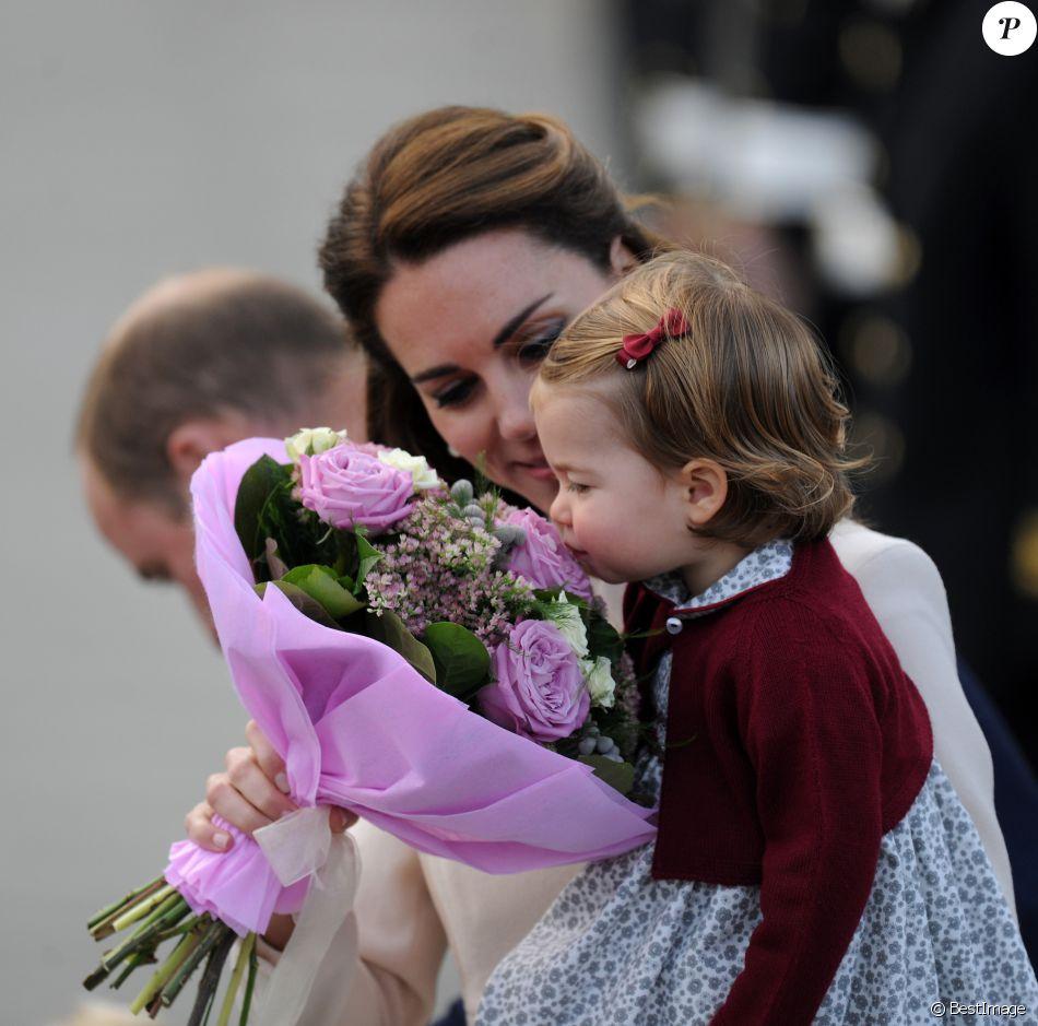 La princesse Charlotte intéressée par les fleurs... Le prince William, Kate Middleton, le prince George et la princesse Charlotte de Cambridge ont dit au revoir au Canada le 1er octobre 2016 après leur tournée royale de huit jours, embarquant à bord d'un hydravion au Harbour Airport de Victoria à destination de Vancouver, puis Londres.