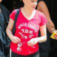 Rose McGowan sort de son hôtel, accompagnée d'un ami, dans le quartier de East Village à New York. Le 13 juin 2016