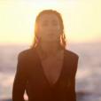 Jenifer joue les naïades dans l'émission  les Copains d'abord en Corse