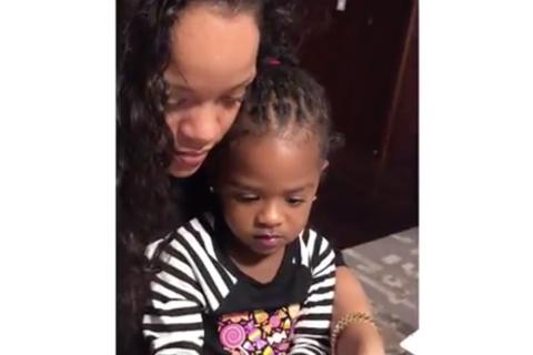Rihanna, dingue de la petite Majesty, lui apprend à se faire les ongles...