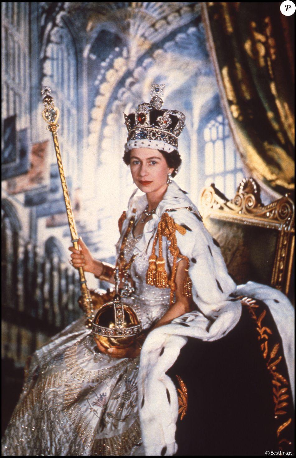 La reine Elisabeth II le jour de son couronnement, avec les attributs du monarque (le sceptre, l'orbe et la couronne de St Edward), le 2 juin 1953 en l'abbaye de Westminster. The Crown, série originale Netflix, revisite ce moment historique dans sa première saison, maintenant disponible.