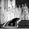 La reine Elisabeth II avec ses sept demoiselles d'honneur lors de son couronnement le 2 juin 1953 en l'abbaye de Westminster.