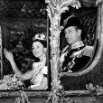 La reine Elisabeth II et le duc d'Edimbourg dans le carrosse d'Etat doré le 2 juin 1953, jour du couronnement en l'abbaye de Westminster.