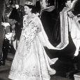 La reine Elisabeth II quittant le palais de Buckingham pour se rendre à la cérémonie de couronnement en l'abbaye de Westminster le 2 juin 1953.