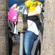 Mila Kunis en compagnie de sa fille Wyatt à Studio City, le 25 octobre 2016.