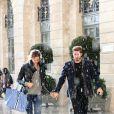 Kevin Trapp et Izabel Goulart, amoureux sous la pluie, se promenant en amoureux place Vendôme, où ils sont entrés dans la boutique du joaillier Damiani, le 21 octobre 2016 à Paris.