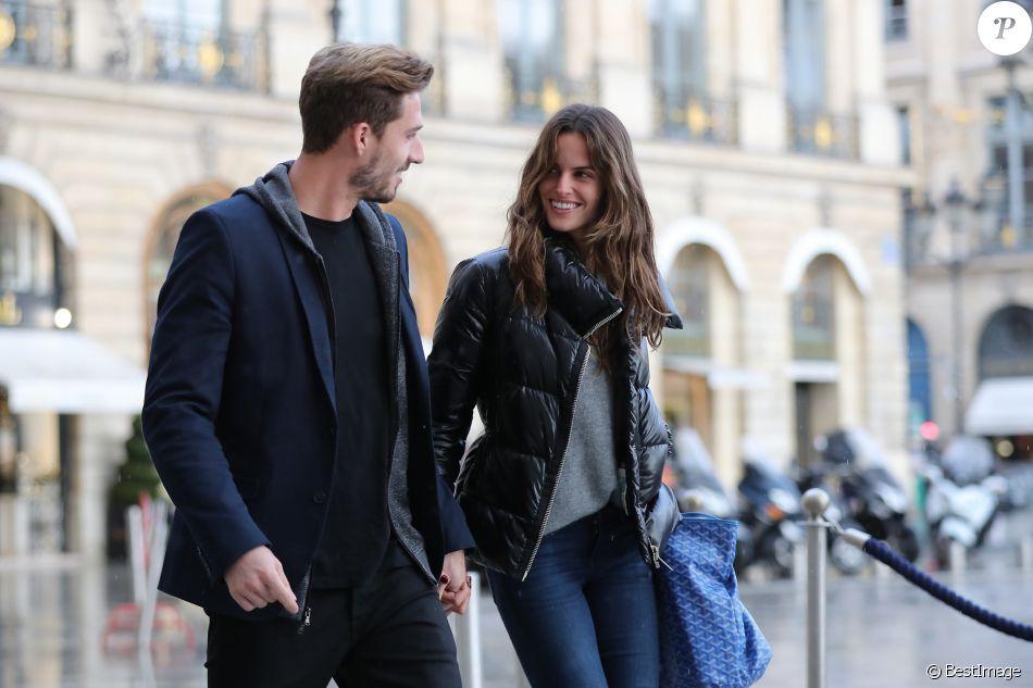 Kevin Trapp et Izabel Goulart se promenant en amoureux place Vendôme, où ils sont entrés dans la boutique du joaillier Damiani, le 21 octobre 2016 à Paris.