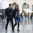 Kevin Trapp et Izabel Goulart se promenant en couple place Vendôme, où ils sont entrés dans la boutique du joaillier Damiani, le 21 octobre 2016 à Paris.