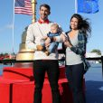 Michael Phelps et Nicole Johnson posent avec leur son Boomer au Hazeltine National Golf Club, le 29 septembre 2016.