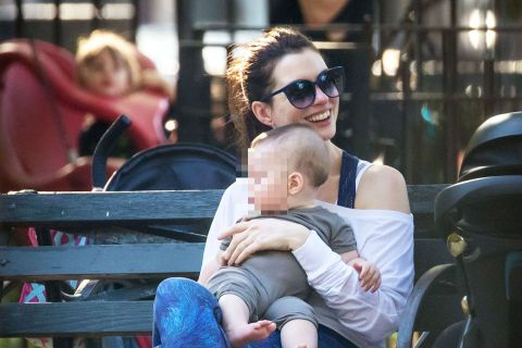 Anne Hathaway gaga de son irrésistible bébé Jonathan !