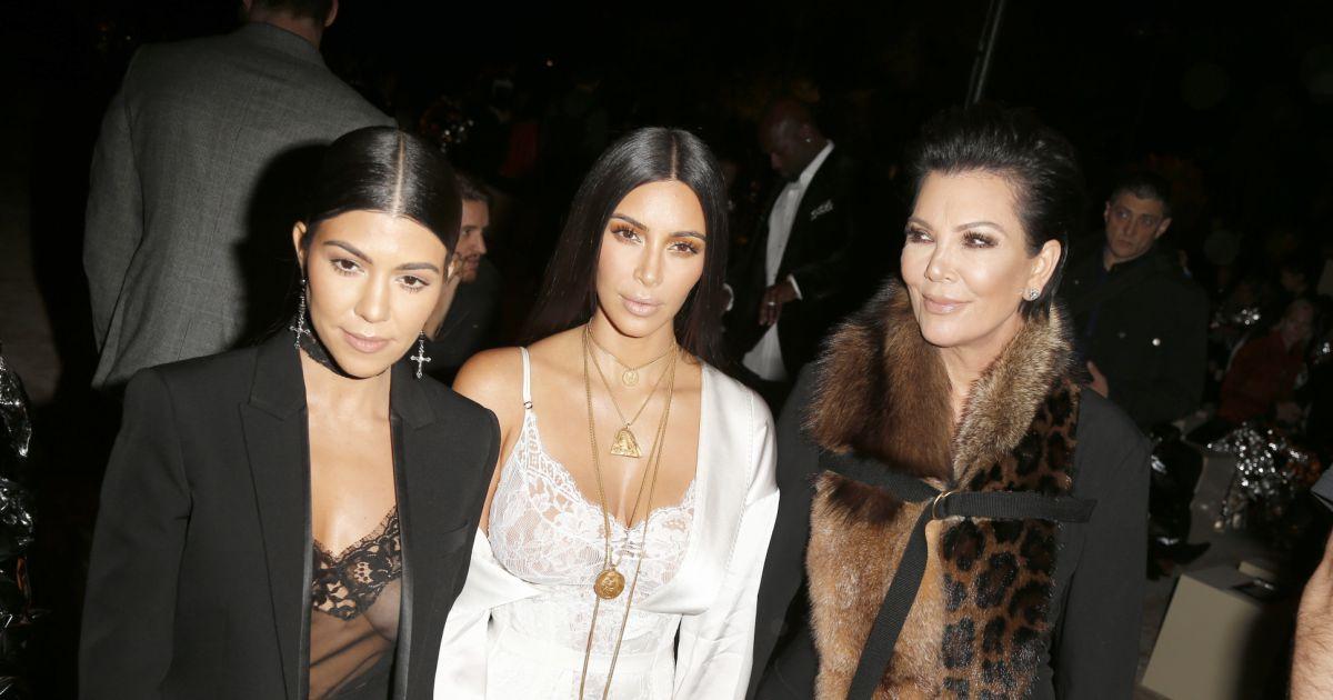 kourtney kardashian kim kardashian et leur m re kris jenner au d fil de mode givenchy. Black Bedroom Furniture Sets. Home Design Ideas