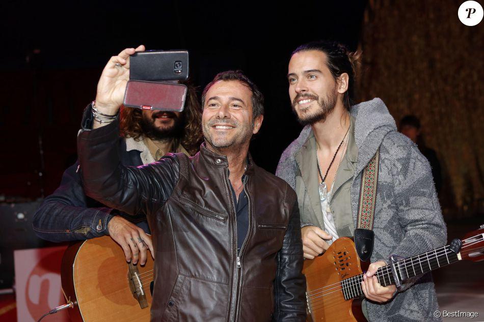 Exclusif - Bernard Montiel, Florian Delavega (du groupe Fréro Delavega) - Concert privé MFM Radio Live présenté par Bernard Montiel dans l'enceinte du cirque Médrano à Lyon le 3 novembre 2016.