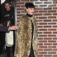 Katy Perry porte une cape léopard à la sortie de l'émission 'Stephen Colbert Show' à New York, le 7 novembre 2016
