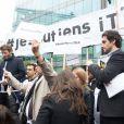 Antoine Genton, président de la société des journalistes d'iTÉLÉ et Guillaume Auda - Rassemblement devant les locaux d'iTÉLÉ à Boulogne-Billancourt au neuvième jour de grève de la société des journalistes. Le 25 octobre 2016.
