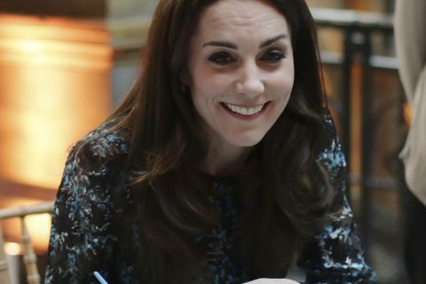 """Kate Middleton : """"George est fan des T-Rex"""" et Charlotte est """"une pipelette"""" !"""